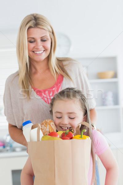 娘 見える 食料品 袋 母親 を見て ストックフォト © wavebreak_media
