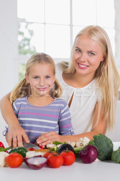 Uśmiechnięty matka nauczania cięcie warzyw kuchnia Zdjęcia stock © wavebreak_media