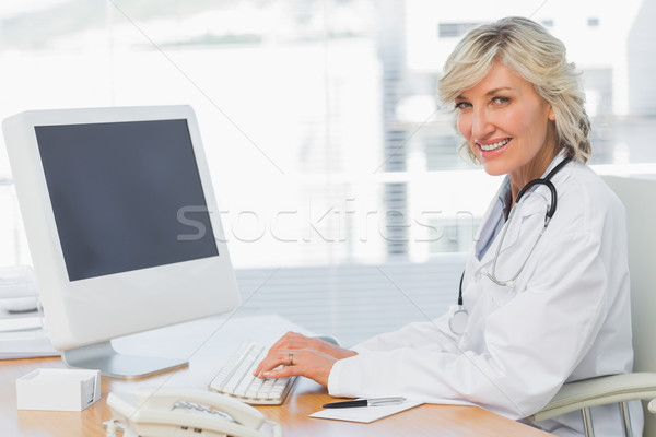 Női orvos számítógéphasználat asztal orvosi iroda Stock fotó © wavebreak_media