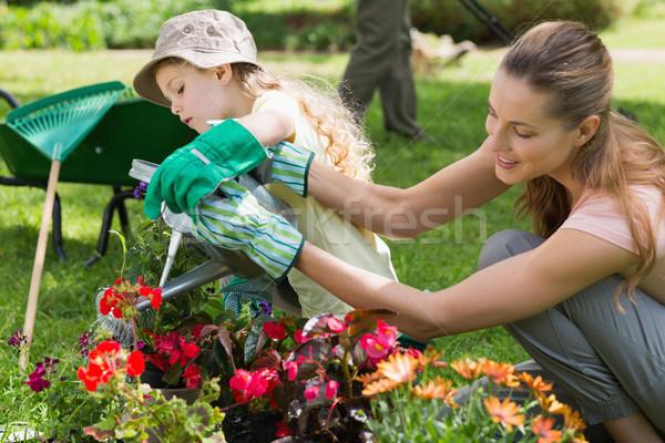 Moeder dochter planten tuin zijaanzicht Stockfoto © wavebreak_media