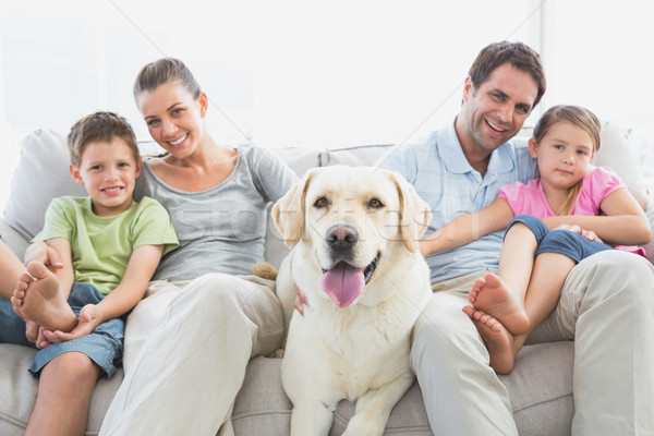 счастливая семья сидят диване ПЭТ Лабрадор домой Сток-фото © wavebreak_media