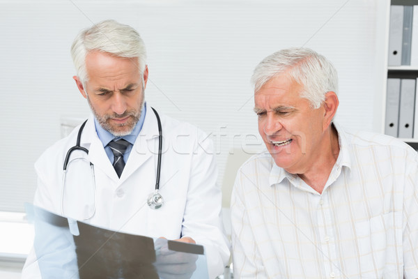 Mannelijke arts uitleggen Xray verslag senior patiënt Stockfoto © wavebreak_media