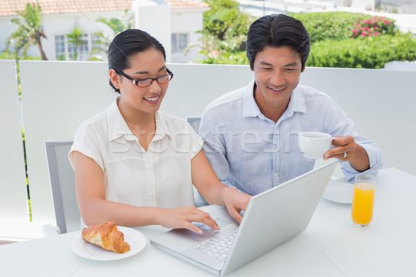 Glimlachend paar ontbijt samen met behulp van laptop buiten Stockfoto © wavebreak_media