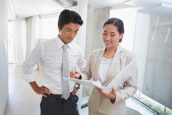 агент по продаже недвижимости аренда клиентов улыбаясь прихожей Сток-фото © wavebreak_media