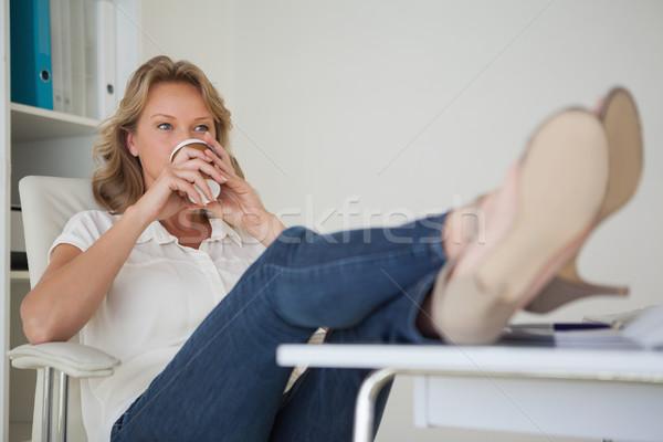 Toevallig zakenvrouw koffie voeten omhoog bureau Stockfoto © wavebreak_media