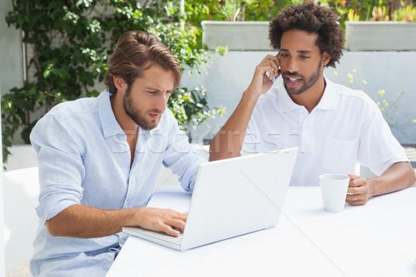 Twee vrienden genieten koffie samen buiten Stockfoto © wavebreak_media
