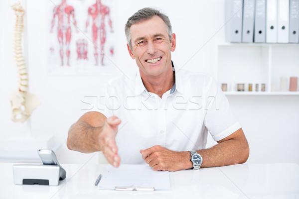 Mosolyog orvos felajánlás kéz klinika férfi Stock fotó © wavebreak_media