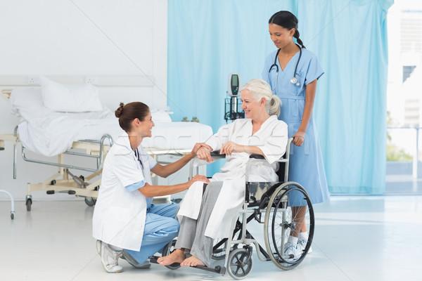 Artsen patiënt rolstoel ziekenhuis vrouw medische Stockfoto © wavebreak_media
