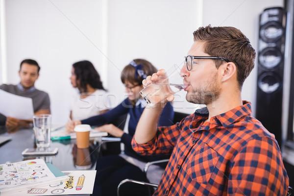 üzletember ivóvíz ül kollégák megbeszélés iroda Stock fotó © wavebreak_media
