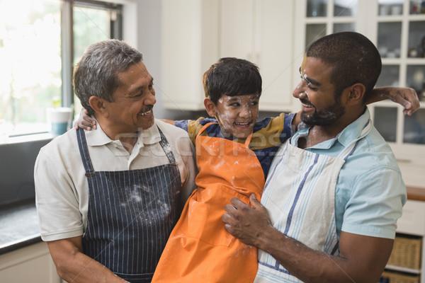 Szczęśliwy rodziny stałego wraz kuchnia domu Zdjęcia stock © wavebreak_media