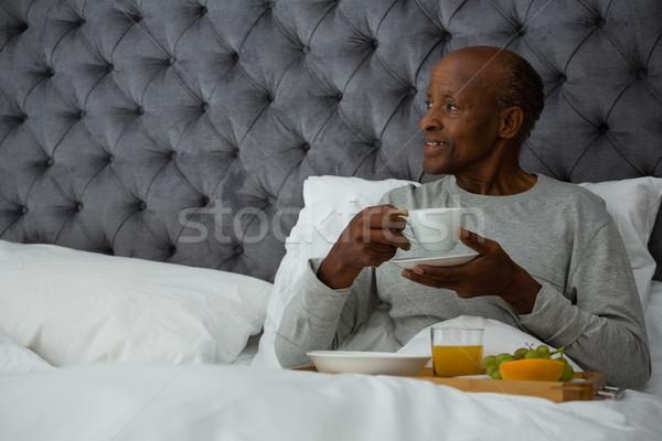 Starszy człowiek śniadanie bed domu Zdjęcia stock © wavebreak_media