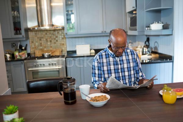 Senior man lezing krant ontbijt tabel Stockfoto © wavebreak_media