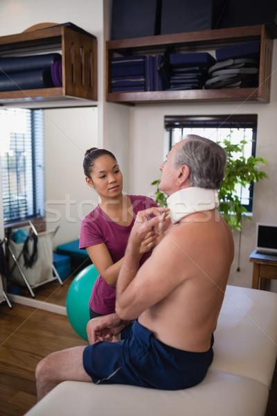 Femminile terapeuta collo senior maschio Foto d'archivio © wavebreak_media