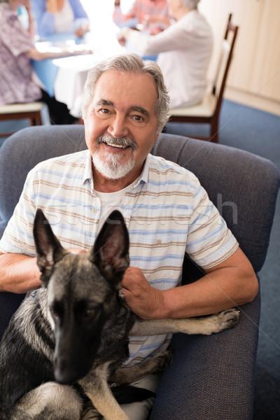 Portret glimlachend senior man vergadering puppy Stockfoto © wavebreak_media