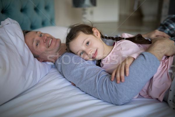 улыбаясь отец дочь кровать спальня портрет Сток-фото © wavebreak_media