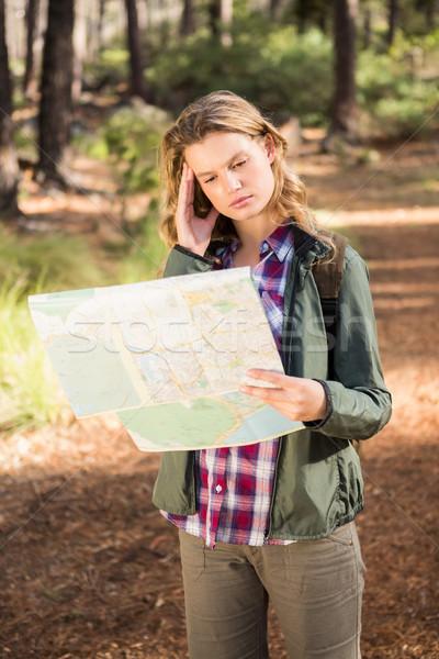 Csinos szőke nő természetjáró olvas térkép természet Stock fotó © wavebreak_media