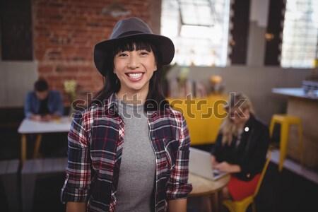 Foto stock: Sorridente · jovem · mulher · atraente · telefone · móvel · café · em · pé
