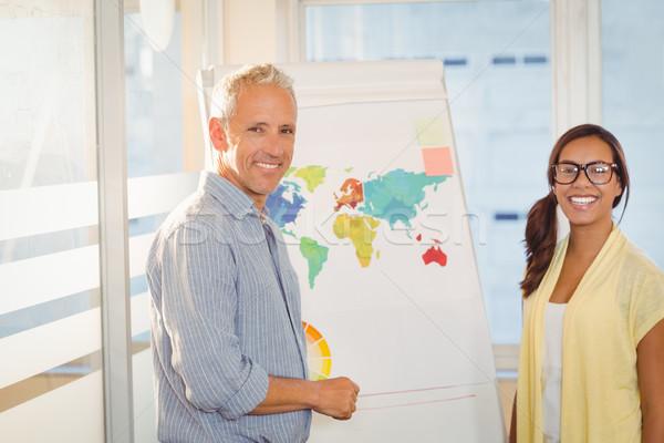 Boldog üzletemberek világtérkép tárgyalóterem portré tábla Stock fotó © wavebreak_media