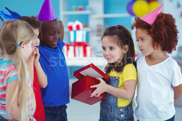 счастливая девушка открытие настоящее празднование дня рождения счастливым ребенка Сток-фото © wavebreak_media