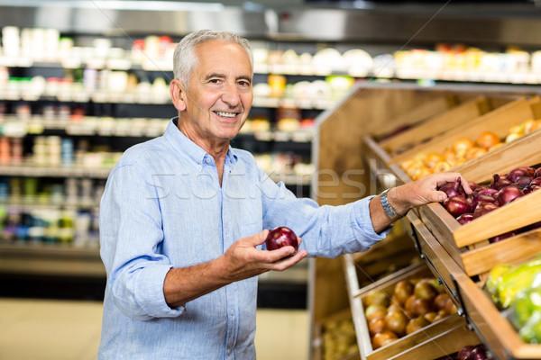 Mosolyog idős férfi tart vöröshagyma élelmiszer Stock fotó © wavebreak_media