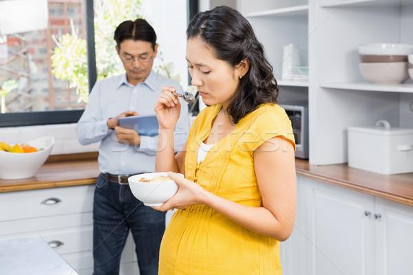 беременная женщина еды злаки кухне домой таблице Сток-фото © wavebreak_media