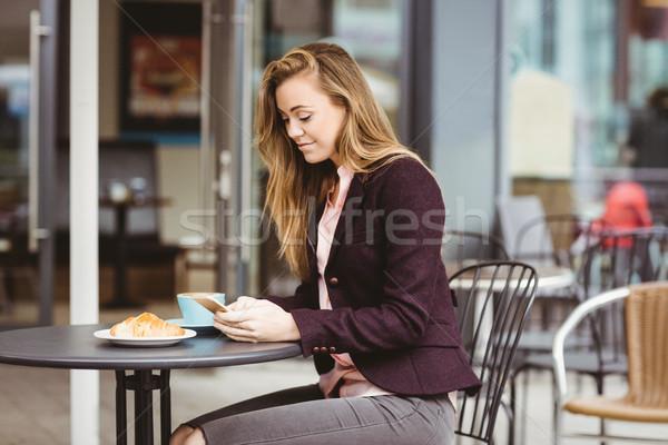 Vrouw smartphone cafe voedsel koffie gelukkig Stockfoto © wavebreak_media
