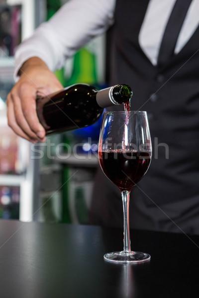Stock fotó: Középső · rész · csapos · áramló · vörösbor · üveg · bár
