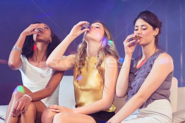 Mooie meisjes drinken alcohol discotheek vrouw Stockfoto © wavebreak_media