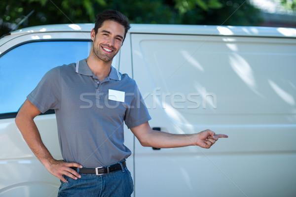 Feliz mensajero senalando van retrato hombre Foto stock © wavebreak_media