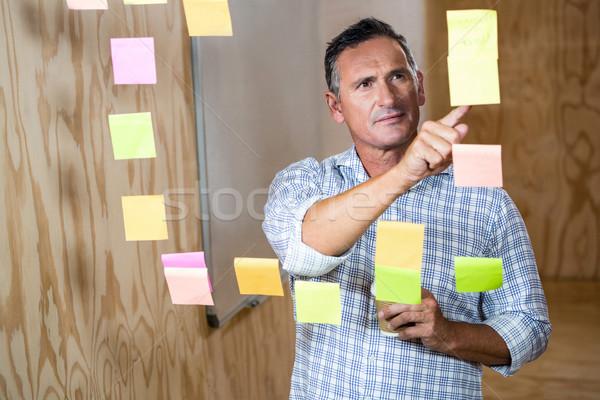 Figyelmes férfi olvas cetlik kávé iroda Stock fotó © wavebreak_media