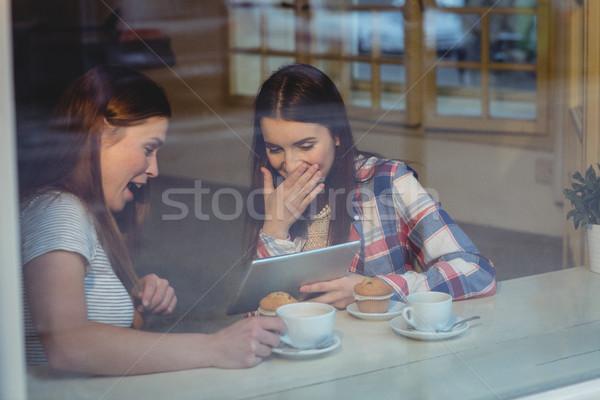Vrolijk vrouwen digitale tablet coffeeshop jonge vrouwen Stockfoto © wavebreak_media