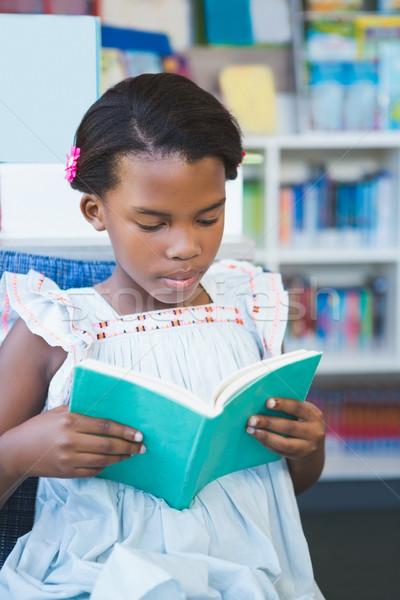 Aluna sessão cadeira leitura livro biblioteca Foto stock © wavebreak_media