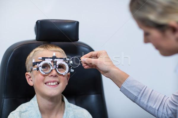 Vrouwelijke optometrist onderzoeken jonge patiënt Stockfoto © wavebreak_media