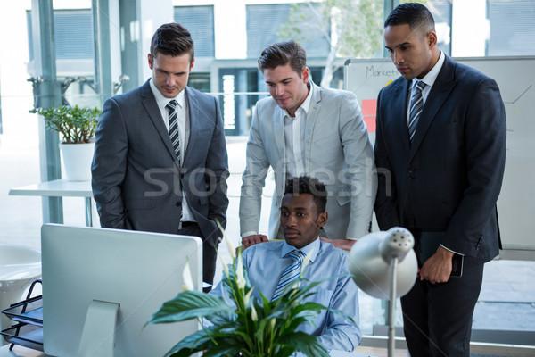 Gens d'affaires table ordinateur bureau homme Photo stock © wavebreak_media