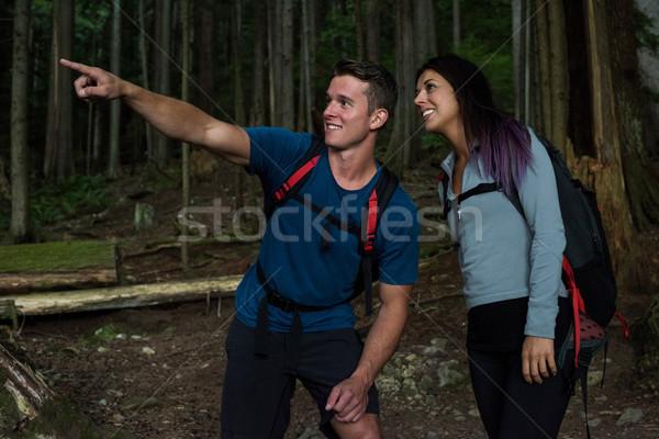 Randonneur couple pointant distance campagne femme Photo stock © wavebreak_media