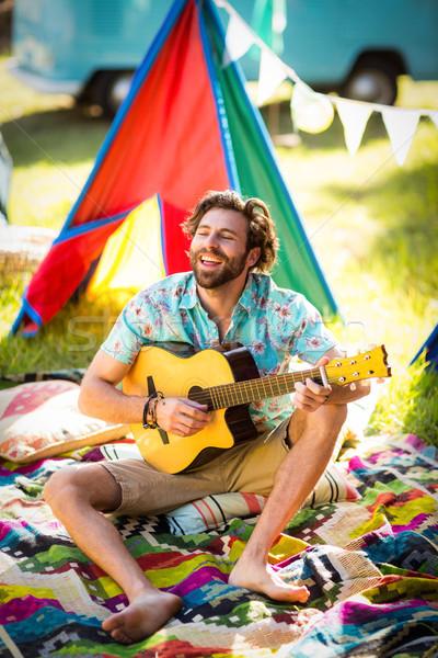 Férfi játszik gitár táborhely park napos idő Stock fotó © wavebreak_media