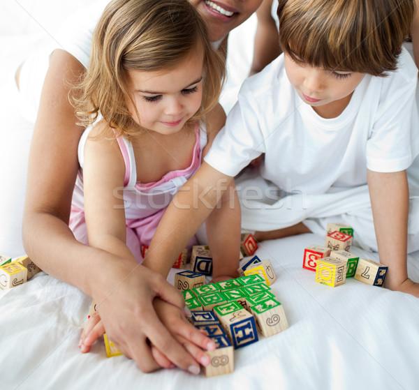 Primer plano hermano hermana jugando cubo juguetes Foto stock © wavebreak_media