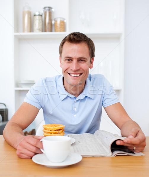 Knappe man lezing krant ontbijt keuken voedsel Stockfoto © wavebreak_media