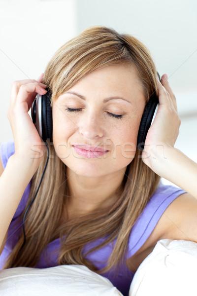Pozitív kaukázusi nő zenét hallgat fejhallgató konyha Stock fotó © wavebreak_media