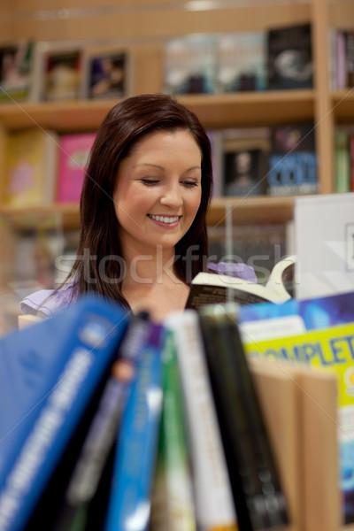 Bella lettura libro bookstore studente Foto d'archivio © wavebreak_media