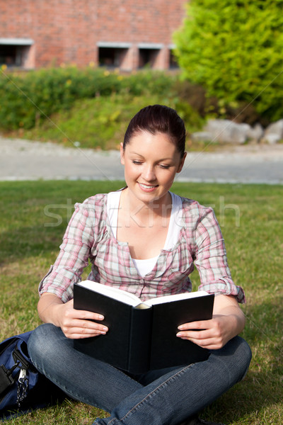 Femminile studente lettura libro seduta Foto d'archivio © wavebreak_media