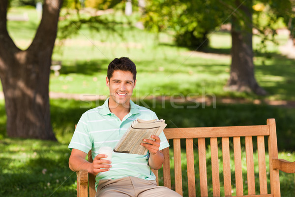 Zdjęcia stock: Człowiek · gazety · posiedzenia · parku · kawy · lata