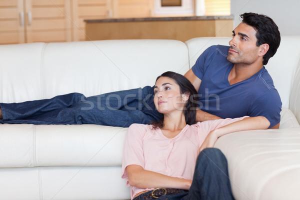 Coppia posa soggiorno amore interni abbraccio Foto d'archivio © wavebreak_media