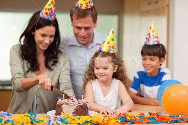 Uśmiechnięty matka cięcie tort żywności uśmiech Zdjęcia stock © wavebreak_media