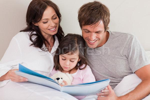Boldog szülők olvas történet lánygyermek hálószoba Stock fotó © wavebreak_media