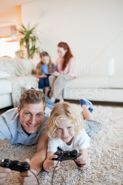 Baba oğul video oyunları birlikte oturma odası mutlu Stok fotoğraf © wavebreak_media