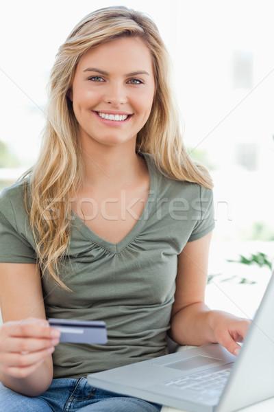 Shot donna sorridente inoltrare carta di credito Foto d'archivio © wavebreak_media