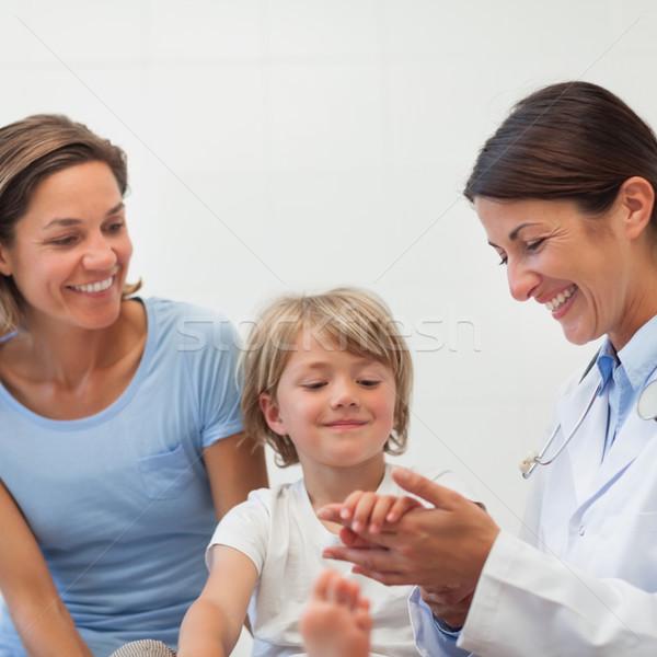 Orvos alkar gyermek vizsgálat szoba nő Stock fotó © wavebreak_media