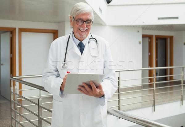 Stok fotoğraf: Doktor · gülen · hasta · dosya · hastane