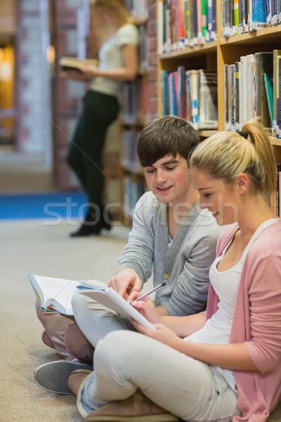 Öğrenciler eğitim birlikte oturma zemin kolej Stok fotoğraf © wavebreak_media